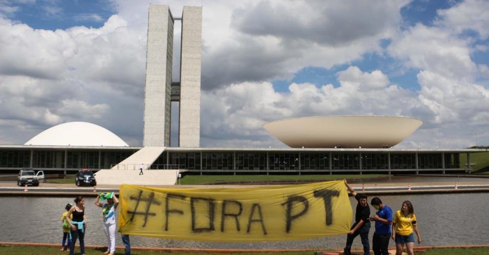 1º.nov.2014 - Manifestantes realizam ato para pedir o impeachment da presidente da República, Dilma Rousseff, na Esplanada dos Ministérios, em Brasília