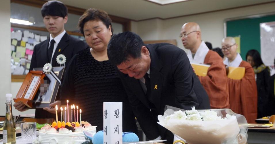 1.nov.2014 - Pai de vítima do naufrágio da balsa Sewol chora durante funeral da filha neste sábado (1) na classe que ela frequentava em Ansan (Coreia do Sul). O corpo de Hwang Ji-hyun foi encontrado na última quinta-feira, mais de três meses depois do naufrágio que deixou mais de 300 mortos e desaparecidos, a maioria de estudantes