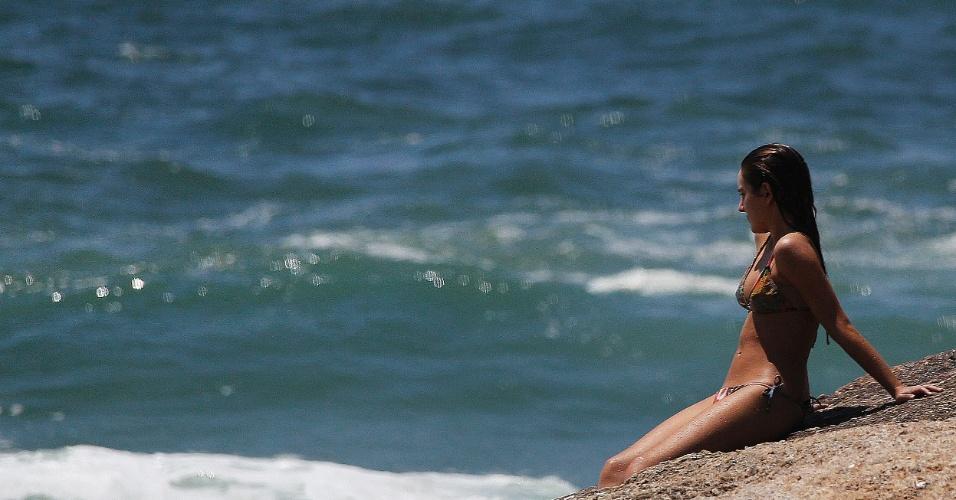 1º.nov.2014 - Sol atrai banhistas para a praia de Ipanema, zona sul do Rio de Janeiro, na véspera do Dia de Finados