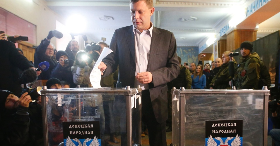 2.nov.2014 - Alexandre Zakharchenko, líder separatista, registra seu voto durante eleições realizadas para escolher os líderes e membros do legislativos das autoproclamadas repúblicas populares de Donetsk (RPD) e Lugansk (RPL), no leste da Ucrânia. Líderes rebeldes pró-Rússia afirmaram que as eleições, declaradas ilegais pelo governo da Ucrânia, são um