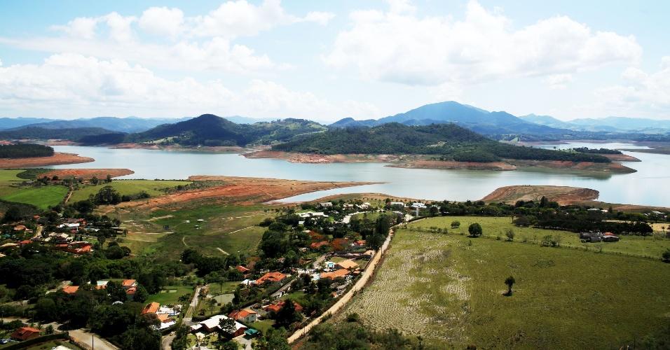 2.nov.2014 - Com seca na região, margem da represa do Jaguari-Jacareí, na cidade de Bragança Paulista, no interior paulista, fica cada vez mais longa. O local compõe o Sistema Cantareira, que atualmente mantém apenas 12,1% do volume de água armazenada