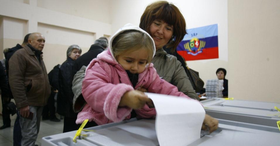 2.nov.2014 - Criança ajuda mãe a votar durante as eleições realizadas para escolher os líderes e membros do legislativos das autoproclamadas repúblicas populares de Donetsk (RPD) e Lugansk (RPL), no leste da Ucrânia. Líderes rebeldes pró-Rússia afirmaram que as eleições, declaradas ilegais pelo governo da Ucrânia, são um