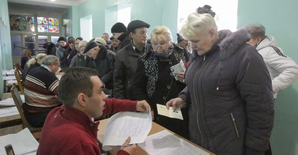 2.nov.2014 - Eleitores enfrentam filas durante as eleições realizadas para escolher os líderes e membros do legislativos das autoproclamadas repúblicas populares de Donetsk (RPD) e Lugansk (RPL), no leste da Ucrânia. Líderes rebeldes pró-Rússia afirmaram que as eleições, declaradas ilegais pelo governo da Ucrânia, são um