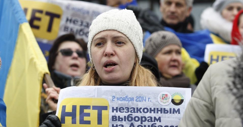 2.nov.2014 - Manifestantes participam de ato em Kiev, na Ucrânia, contra as eleições ilegais para a escolha dos líderes das autoproclamadas repúblicas populares de Donetsk (RPD) e Lugansk (RPL), no leste ucranianos