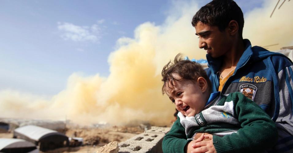 2.nov.2014 - Palestino carrega irmão após a explosão de casas em uma operação militar do governo egípcio na cidade de Rafah, na fronteira com a Faixa de Gaza. A ação é uma resposta aos ataques contra a segurança egípcio e visa estabelecer uma