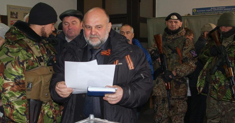 2.nov.2014 - Yuriy Sivokonenko, candidato ao cargo de chefe da autodeclarada República Popular Donetsk, registra seu voto durante eleições realizadas para escolher os líderes e membros do legislativos do leste da Ucrânia. Líderes rebeldes pró-Rússia afirmaram que as eleições, declaradas ilegais pelo governo da Ucrânia, são um
