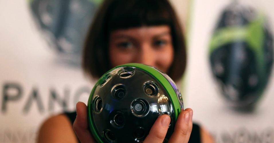 30.nov.2014 - A startup alemã Panono exibiu uma câmara de 360º durante uma feira em Viena, Áustria.  A câmera cria um panorama de 360x360 com resolução de 180 megapixels. As imagens captadas podem ainda ser enviadas via wi-fi em um dispositivo móvel. O produto está previsto para ser vendido por cerca de 599 euros (aproximadamente R$ 1.870) a partir de fevereiro de 2015