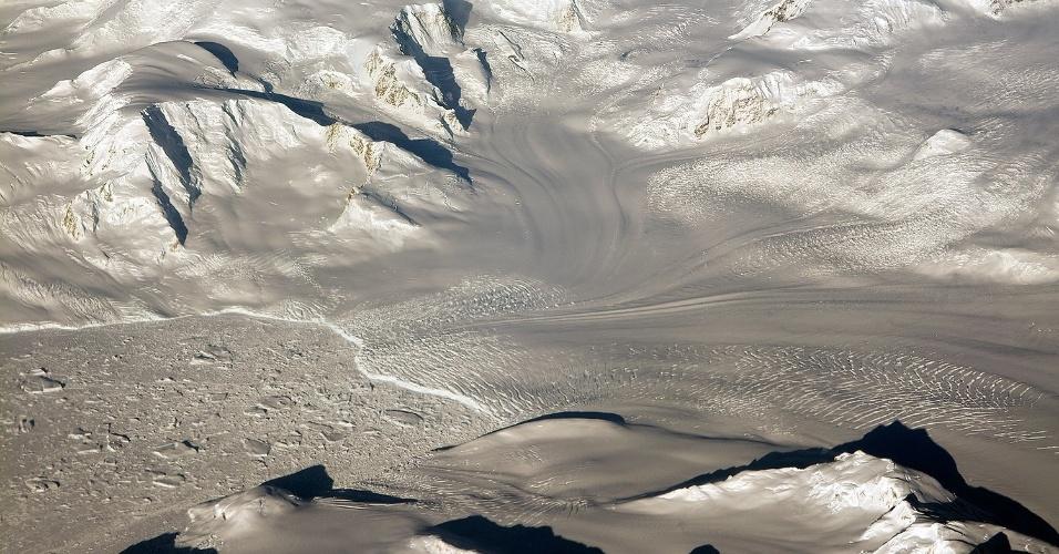 3.nov.2014 - ESTUDO NAS GELEIRAS E MONTANHAS DA ANTÁRTIDA - Imagem divulgada pela Nasa (agência espacial americana) mostra geleiras e montanhas observadas durante um voo da operação IceBridge na Antártica. A missão, que está no sexto ano consecutivo, consiste em pesquisas na região para estudar as mudanças na camada de gelo do continente e das geleiras. A operação usa um conjunto de instrumentos capazes de detectarem alterações mínimas na quantidade de massa das geleiras