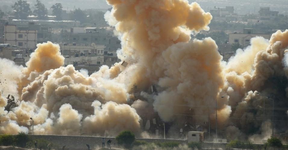 3.nov.2014 - Fumaça encobre área após explosão durante uma operação militar das forças de segurança egípcias na cidade de Rafah, perto da fronteira sul com a faixa de Gaza. O Egito começou a evacuar a fronteira na semana passada para criar uma
