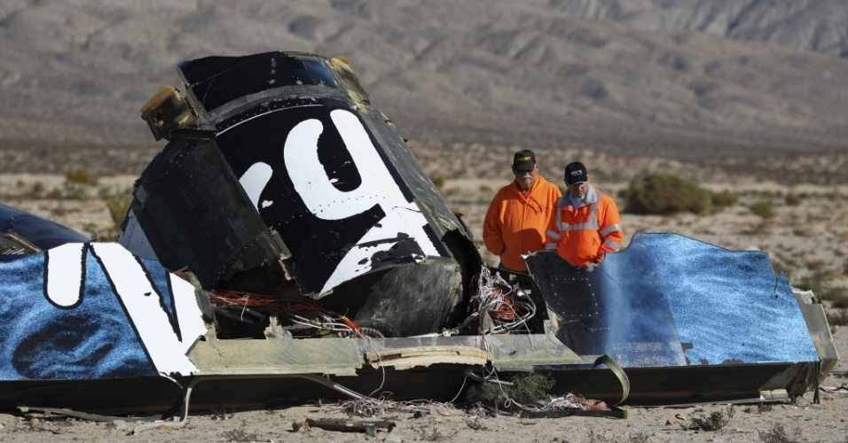 3.nov.2014 - Investigadores inspecionam destroços da nave SpaceShipTwo, da Virgin Galactic, nesta segunda-feira (3). A nave destinada ao projeto de turismo espacial do bilionário Richard Branson caiu após um voo de teste no deserto de Mojave, na Califórnia. Um piloto morreu no acidente e outro está gravemente ferido