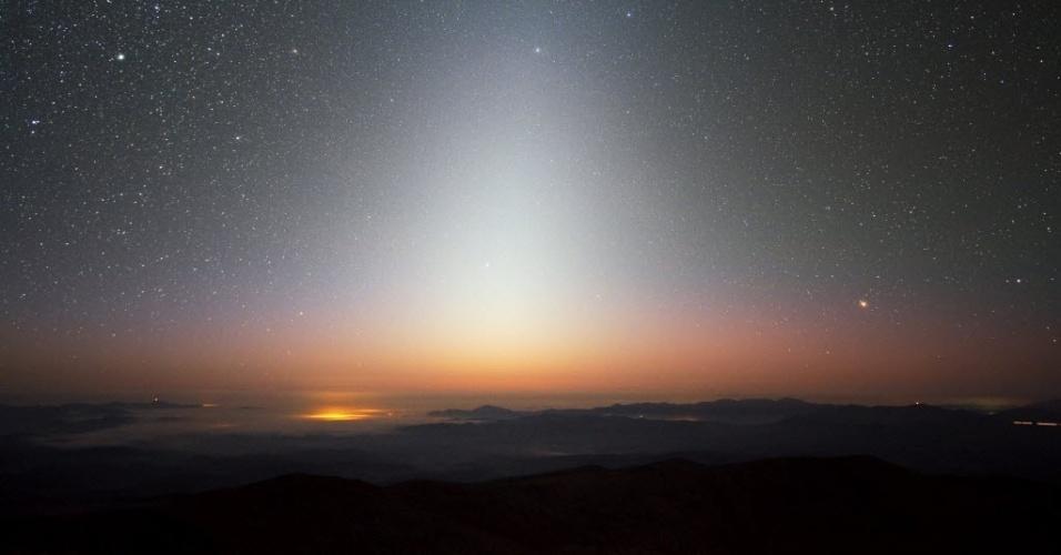 3.nov.2014 - LUZ ZODIACAL - O European Southern Observatory (Observatório Europeu do Sul, em tradução livre do inglês) divulgou uma imagem feita em setembro de 2009 no observatório de La Silla, no Chile, que mostra uma luz zodiacal, isto é, um brilho triangular. O brilho deixa evidente um mar de nuvens que se instalaram no vale abaixo de La Silla, que fica a uma altitude de 2400 metros. A luz zodiacal é a luz solar refletida em entre o Sol e a Terra. Como implica seu nome, este brilho celeste aparece no anel de constelações conhecidas como o zodíaco