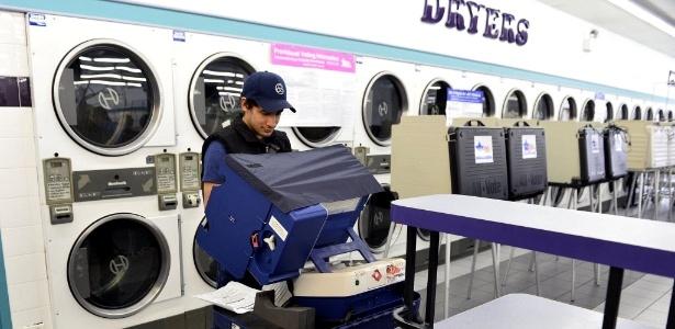 Jovem coloca voto dentro de urna localizada em lavanderia em Chicago, Illinois (EUA), em eleições de 2014