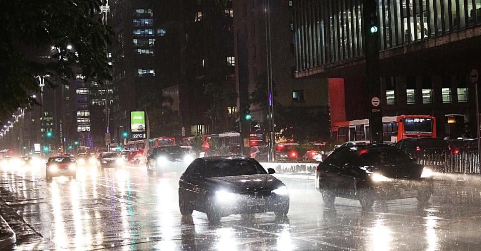 4.nov.2014 - Motoristas dirigem sob a chuva que cai na avenida Paulista na noite desta terça-feira (3). Mais cedo, cerca de 300 ativistas e integrantes de movimentos sociais fecharam um trecho da via, sentido Consolação, em frente ao Masp, em um protesto para pedir constituinte de reforma política