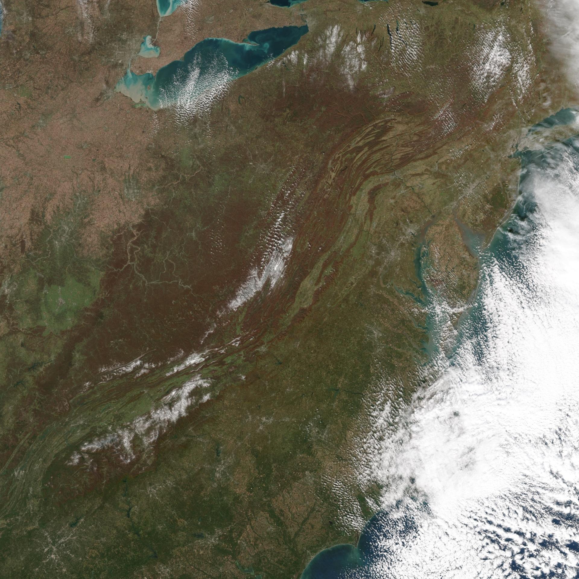 4.nov.2014 - NEVE ANTES DO INVERNO - Um sistema meteorológico potente com origens em Manitoba, no Canadá, levou neve e geada para a Flórida, em regiões que às vezes não há neve nem no inverno. A imagem, obtida por um satélite da Nasa (agência espacial americana), mostra o sul da cordilheira dos Apalaches, ao longo da fronteira do Tennessee, que também apresentou neve
