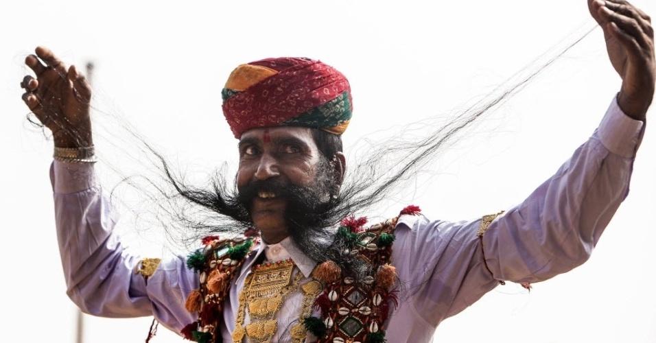 4.nov.2014 - Participante exibe bigode durante a feira Pushkar, no Rajastão, na Índia. A competição de bigodes é um dos eventos mais populares da feira turística
