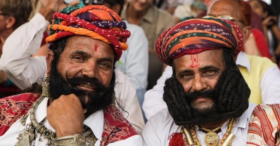 4.nov.2014 - Participantes exibem bigodes compridos durante a feira Pushkar, no Rajastão, na Índia. A competição de bigodes é um dos eventos mais populares da feira turística