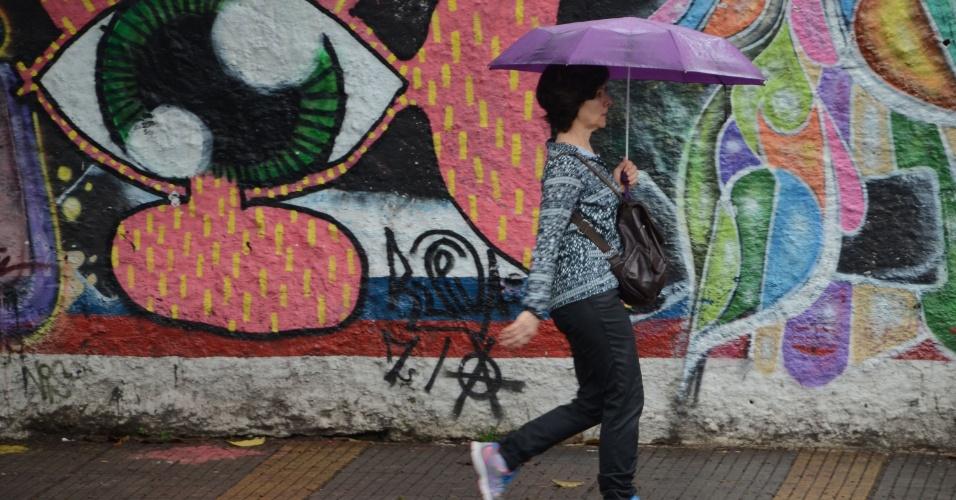 4.nov.2014 - Pedestre se protege de garoa na região das avenidas Rebouças, em São Paulo, na manhã desta terça-feira (4). A capital paulista voltou a registrar chuvas após um longo período de estiagem. A forte chuva que atingiu a capital na tarde e noite de segunda-feira (3) fez com que o índice do sistema Cantareira ficasse estável após uma série de quedas consecutivas. Nos outros reservatórios, como Alto Tietê e Guarapiranga, foram registradas quedas nos índices
