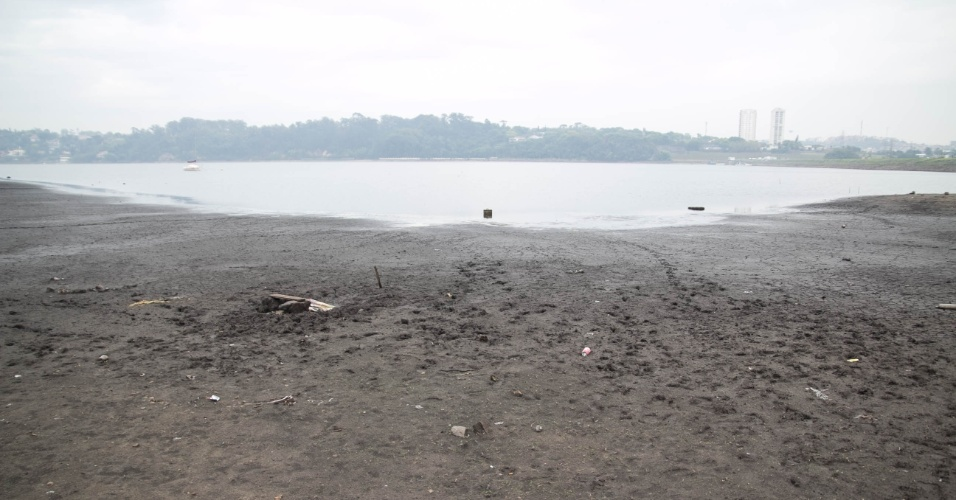 4.nov.2014 - Região da represa Guarapiranga amanhece com chuva moderada nesta terça-feira (4). O local ainda mantém nível baixo e apresenta novos bancos de areia, acúmulo de lixo e animais mortos. Segundo a última medição da Sabesp, o sistema Guarapiranga está com 38,4%