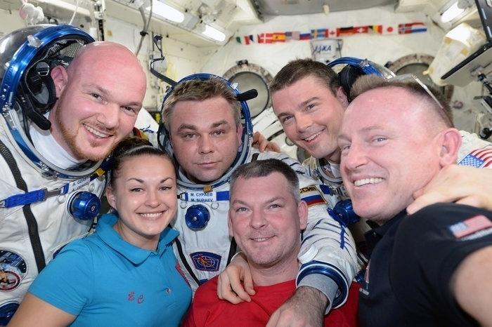 4.nov.2014 - Tripulação da Expedição 41 faz selfie na Estação Espacial Internacional. Da esq. para a dir.: o astronauta da ESA (Agência Espacial Europeia) Alexander Gerst, os cosmonautas da Roscosmos (Agência Federal Espacial Russa) Elena Serova, Maxim Suraev e Alexander Samokutyaev e os astronautas da Nasa Reid Wiseman e Barry Wilmore. A expedição iniciada em setembro deve terminar em março de 2015