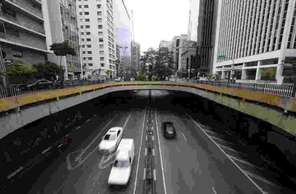 3.nov.2014 - Túnel semiaberto da avenida Paulista, entre as ruas da Consolação e Haddock Lobo - Junior Lago/UOL