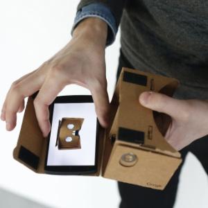 O Google Cardboard --caixinha de papelão que transforma o celular em óculos de realidade virtual-- é compatível apenas a smartphones Android