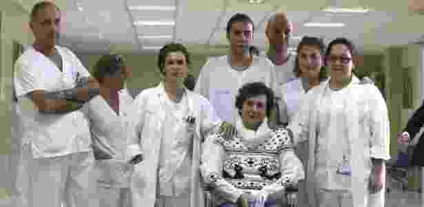 5.nov.2014 - A enfermeira espanhola aparece pela primeira vez desde sua internação ao lado do corpo médico que cuidou dela no hospital de Madri - Fernando Alvarado/ EFE