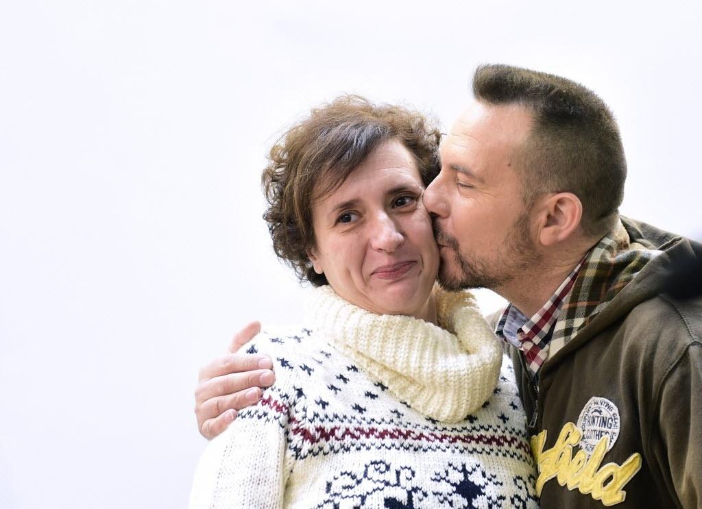 5.nov.2014 - A enfermeira Teresa Romero é beijada pelo marido Javier Límon após declarada sua alta do hospital Carlos 3º de Madri, na Espanha. Romero ficou internada na área de isolamento do hospital ao contrair o vírus ebola durante tratamento de uma vítima da doença no mesmo hospital