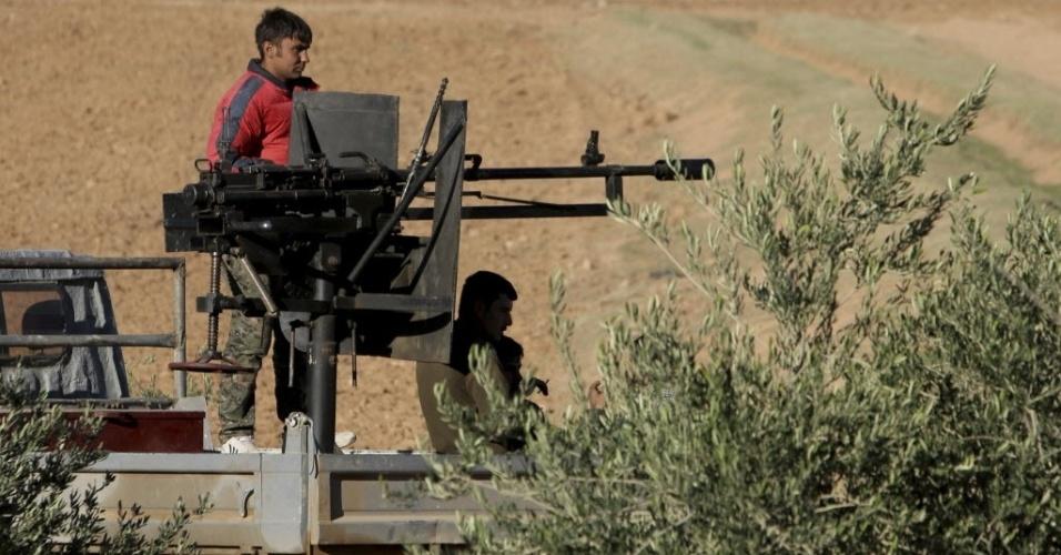 5.nov.2014 - Curdos de uma unidade popular de proteção sobem em picape com armas instaladas para lutar contra o grupo do Estado Islâmico (EI) nesta terça-feira (4) em Ras Al-Ain, na Síria. A imagem foi divulgada nesta quarta-feira (5). O grupo militante EI libertou 93 curdos sírios capturados em fevereiro durante o avanço dos jihadistas do norte da Síria para o vizinho Iraque, de acordo com grupo que monitora o conflito