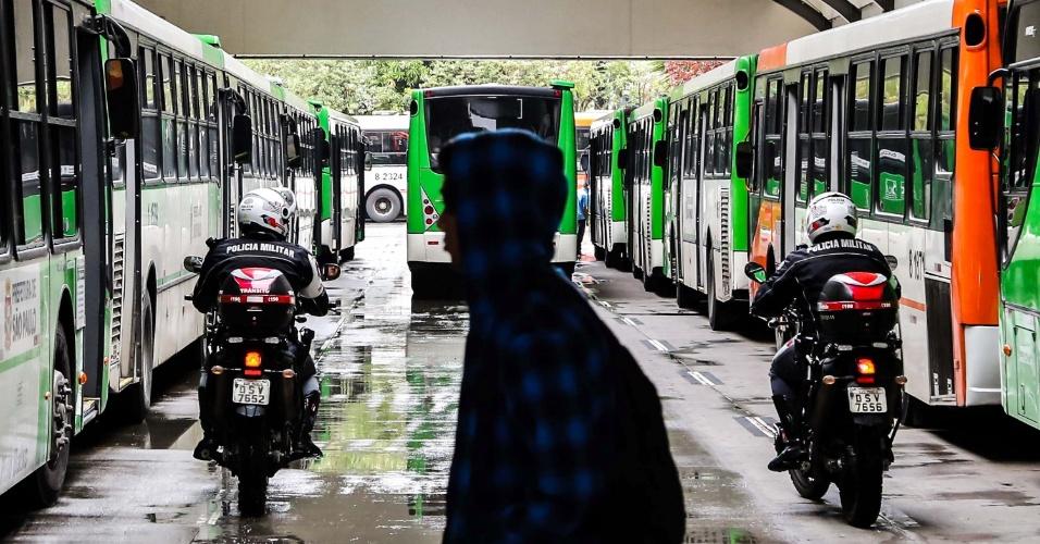 5.nov.2014 - Ônibus voltam a circular no terminal da Lapa, na zona oeste de São Paulo (SP), após paralisação de motoristas e cobradores que afetou todos os terminais da cidade. O protesto dos rodoviários começou por volta das 10h. A circulação de coletivos começou a ser normalizada às 12h