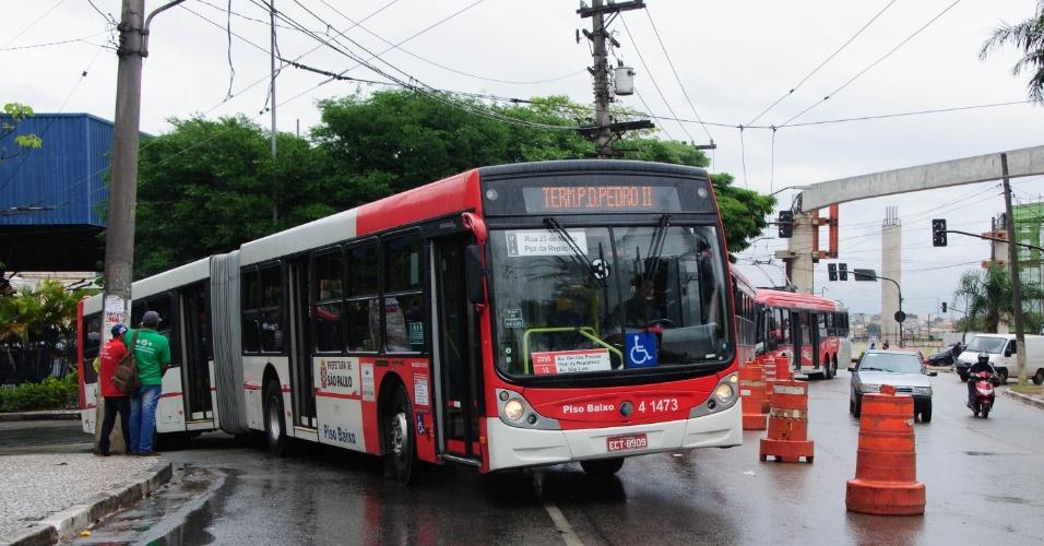5.nov.2014 - Ônibus voltam a circular no terminal São Mateus, na zona leste de São Paulo (SP), após paralisação de motoristas e cobradores que afetou todos os terminais da cidade. O protesto dos rodoviários começou por volta das 10h. A circulação de coletivos começou a ser normalizada às 12h