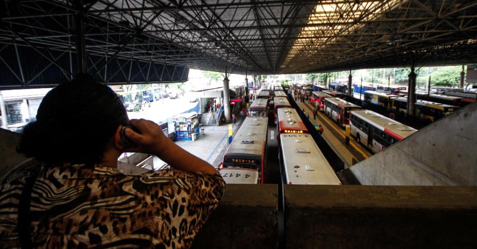 5.nov.2014 - Paralisação de motoristas e cobradores de ônibus afeta o terminal São Mateus, na zona leste de São Paulo. A categoria protesta contra ataques a coletivos. De 1º de janeiro a 3 de novembro, as empresas de ônibus registraram 98 ataques. A morte do motorista John Brandão, 40, em 22 de outubro, foi o estopim para o movimento