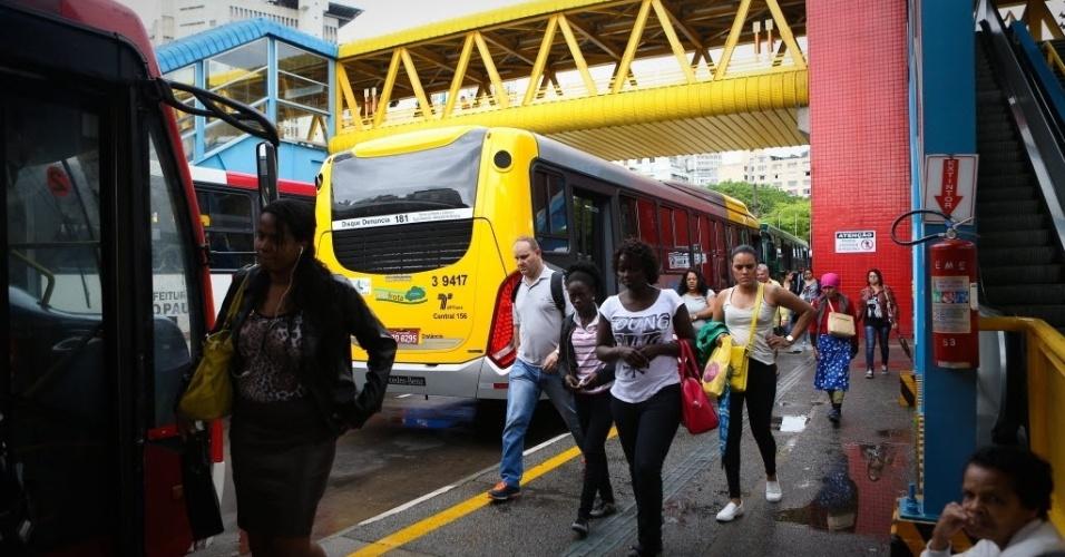 5.nov.2014 - Paralisação de motoristas e cobradores de ônibus no terminal Parque Dom Pedro 2º, região central de São Paulo. Passageiros relatam que tiveram que descer fora das plataformas no momento do início do protesto, por volta das 10h desta quarta-feira (5)