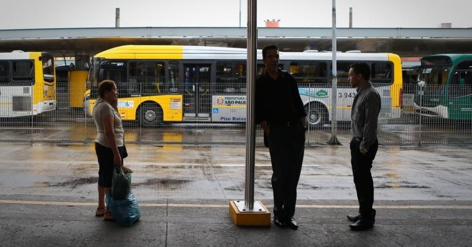 5.nov.2014 - Passageiros aguardam ônibus no terminal Parque Dom Pedro 2º, região central de São Paulo, em paralisação de motoristas e cobradores. A categoria protesta contra ataques a coletivos. A manifestação teve início às 10h desta quarta-feira (5). Os ônibus começaram a voltar a circular por volta das 12h