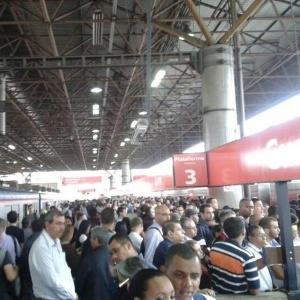 5.nov.2014 - Passageiros lotam as plataformas da estação Guaianases na linha 11- Coral da CPTM