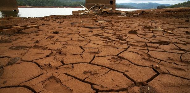 Solo úmido e rachado da represa de Atibainha, que integra o sistema Cantareira - Luis Moura/Estadão Conteúdo