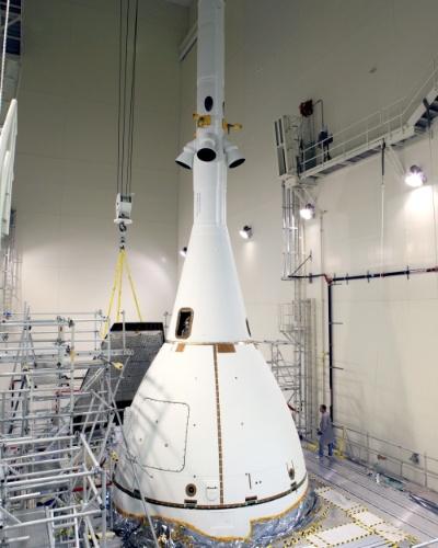 5.nov.2014 - TESTE DE ESPAÇONAVE TRIPULADA - A espaçonave Orion, que futuramente enviará humanos para Marte, é observada no centro espacial Kennedy, da Nasa (agência espacial americana), na Flórida. O quarto -e último - painel Ogive, que reduz o som e a vibração dentro da nave, foi instalado para um teste, previsto para o dia 4 de dezembro. A Orion irá viajar 1.610 quilômetros de altitude acima da Terra e depois de 4 horas, irá adentrar a Terra e cair no oceano Pacífico. O primeiro voo vai verificar sistemas de lançamento e reentrada de alta velocidade, controle de atitude, paraquedas e o escudo térmico