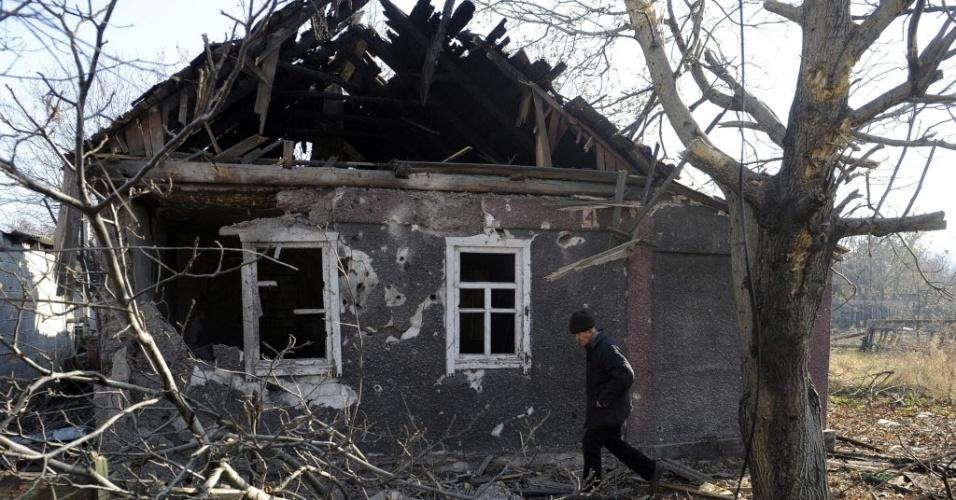 5.nov.2014 - Um residente passa em frente de sua casa destruída após um bombardeio em Donetsk, na Ucrânia, nesta quarta-feira (5). Nesta quarta era possível ouvir tiroteios ao redor do aeroporto de Donetsk, onde as tropas do governo combatem há várias semanas as forças separatistas pró-Rússia. Uma coluna de fumaça era observada na localidade de Peski, sob controle do exército, em meio aos disparos de foguetes do tipo Grad e obuses. Dois soldados ucranianos morreram durante a manhã no leste do país e nove ficaram feridos, segundo o porta-voz das Forças Armadas, Andrei Lysenko