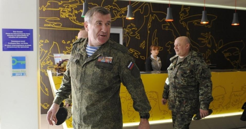 5.nov.2014 - Vice-comandante das Forças Armadas Terrestres russas, general Alexander Lentsov (à esq.) sai de reunião em Donetsk, na Ucrânia, nesta quarta-feira (5), após discutir sobre cessar-fogo na região. A trégua, assinada em 5 de setembro, parece cada vez mais frágil desde que os rebeldes desafiaram o governo no domingo e organizaram eleições próprias que, segundo eles, legitimam os dois Estados autoproclamados de Donetsk e Lugansk
