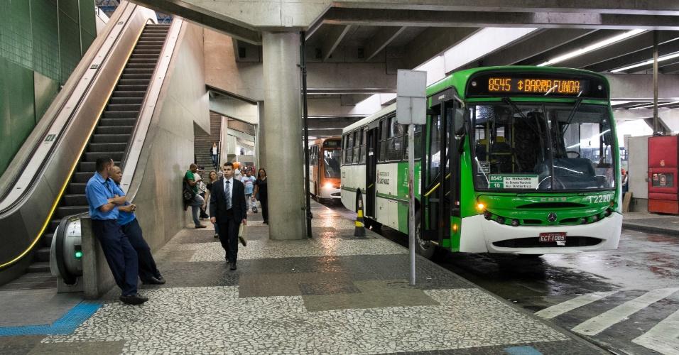 5.nov.2014 - Paralisação de motoristas e cobradores de ônibus afeta o terminal Barra Funda, na zona oeste de São Paulo. A paralisação de motoristas e cobradores de ônibus afetou todos os terminais da cidade