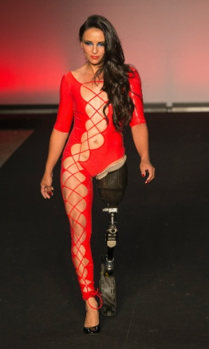 A atleta e modelo Marinalva Almeida, 37, se apresenta no desfile do estilista Fernando Cozendey na 36ª edição da Casa de Criadores, na Galeria Prestes Maia, na região central de São Paulo, em 30 de outubro