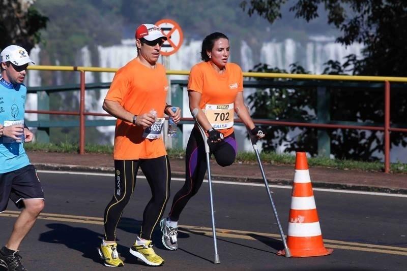 Usando muletas, Marinalva Almeida, 37, percorreu 21 km e completou a meia maratona nas Cataratas do Iguaçu, em 2013