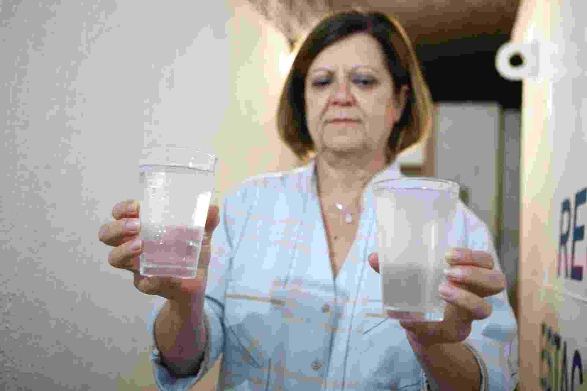 5.nov.2014 - A síndica do edifício Saint Hilaire, Marizilda Gonçalves, mostra copos após tratamento da água usada nos tanques e lavadoras de roupas. A água é reutilizada na descarga e torneiras da área comum do prédio no Campo Belo, zona sul de São Paulo - Junior lago/UOL