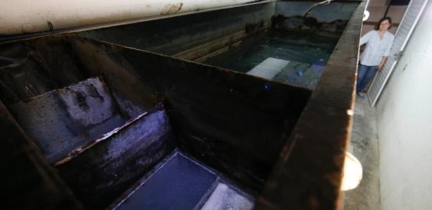 Síndica do edifício Saint Hilaire, Marizilda Gonçalves, usa sistema para tratamento da água usada nos tanques e lavadoras de roupas - Junior lago/UOL