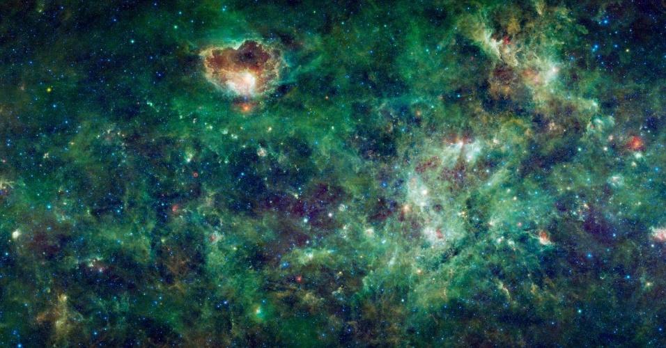 5.nov.2014 - NEBULOSAS REGISTRADAS PELA NASA - A imagem, obtida pelo telescópio Wise da Nasa (agência espacial americana), mostra dezenas de nuvens densas, que são chamadas de nebulosas. Muitas delas são encontradas em locais onde novas estrelas se formam