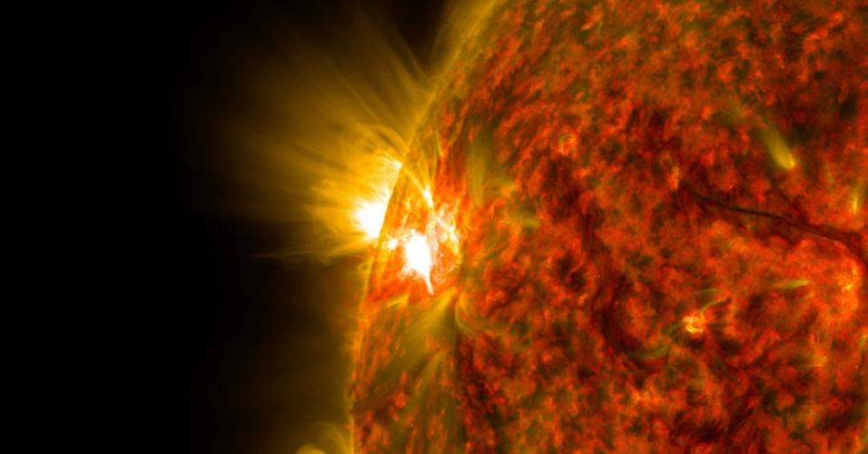 6.nov.2014 - EXPLOSÃO SOLAR - Imagem obtida pelo observatório Solar Dinâmico, da Nasa (agência espacial americana), mostra uma explosão solar de intensidade média. Esta é a segunda erupção desta intensidade no mesmo local. As labaredas solares são poderosas rajadas de radiação, mas quando tem intensidade média não são capazes de atravessar a atmosfera da Terra. No entanto, quando intensas podem prejudicar os sinais de GPS e telecomunicações