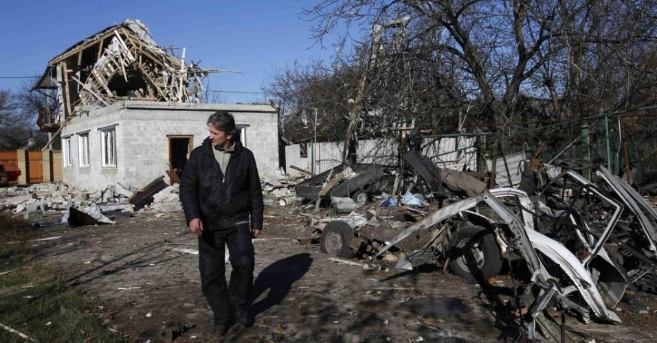 6.nov.2014 - Homem passa por uma área residencial danificada por um bombardeio em Donetsk, na Ucrânia. Dois adolescentes morreram nesta quinta-feira (6) quando ataques aéreos atingiram uma escola. Quatro crianças ficaram feridas. O ataque é apenas um exemplo dos flagrantes de violações do cessar-fogo entre o governo Ucraniano e rebeldes pró-Rússia