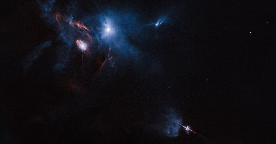 6.nov.2014 - SISTEMA ESTRELAR ILUMINADO - O telescópio Hubble, da Nasa (agência espacial americana), registra sistema múltiplo estrelar chamado XZ Tauri, vizinho de HL Tauri, cercado de vários objetos estelares jovens. XZ Tauri sopra uma bolha de gás quente para o espaço circundante, que é preenchido com pedaços brilhantes que emitem fortes ventos e jatos. A ação de todos os objetos ilumina a região