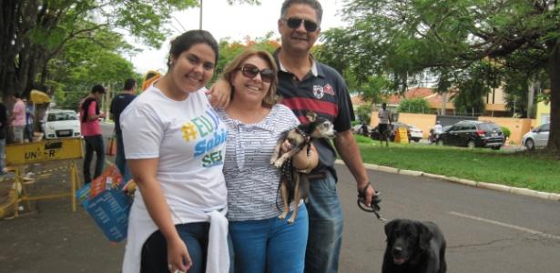 Para dar apoio, pais e cachorros acompanham candidata em SP Comente - José Bonato/UOL