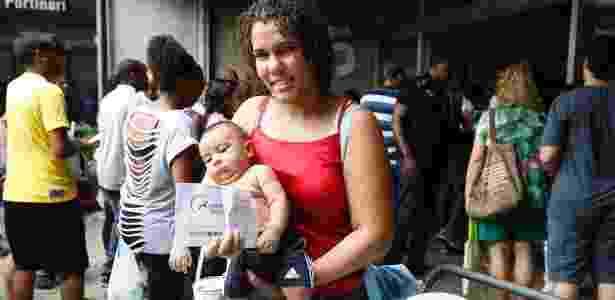 Alda Sobrinho, 22, chegou com o filho de dois meses e não pôde fazer o Enem 2014 - Marcos Pinto/UOL