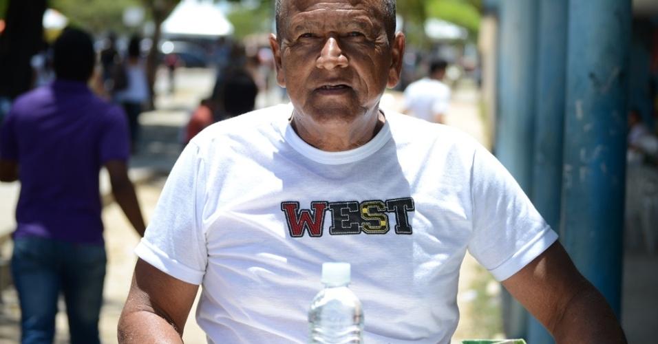 """8.nov.2014 - Antonio Melo de Jesus, 65, diz que as vendas na porta do Enem neste ano estão fracas. Ele comprou 30 canetas para vender, ao preço de R$ 2, mas, só conseguiu vender seis: """"Nem sei se vou lucrar, acho que terei prejuízo"""""""